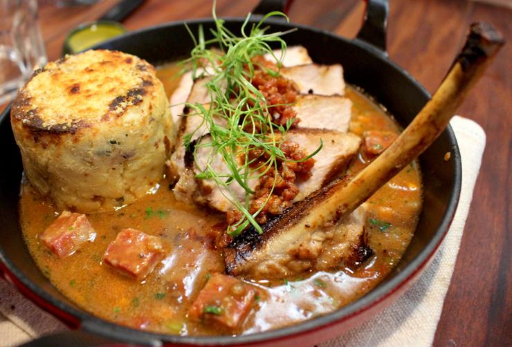 Cotoletta de porco com molho encorpado de lentilhas, sopressata e gnocco alla romana