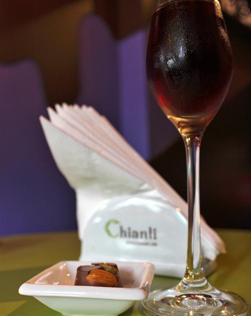 VInho grego fortificado e bombom de chocolate amargo com castanhas