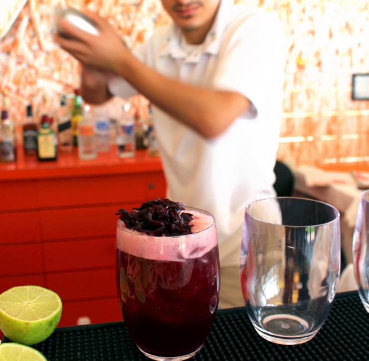 O delicioso Sangre Cora, no Eva Mandarina: Mezcal, infusão de flor de hibisco com vinho tinto e suco de cranberry