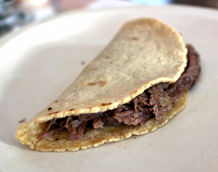 Para começar o dia, no Rincon Hidalguense: tortilla artesanal com barbacoa de cordeiro. Também acompanha sopa de arroz e grão de bico feita com a gordura da carne