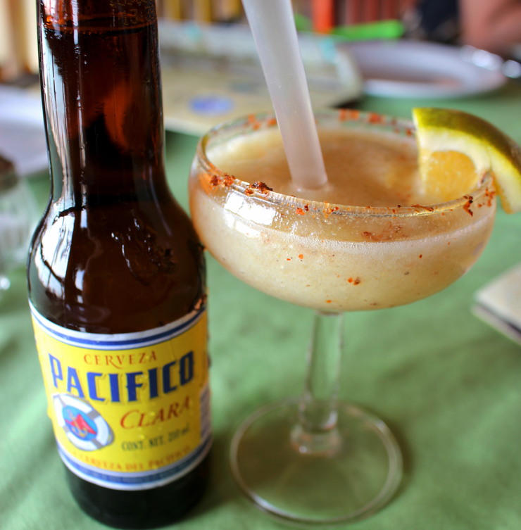 Cerveja local e margarita de arrayán com raicilla no Mariscos Tino's, na Riviera Nayarit: minha iniciação no destilado que roubou meu coração