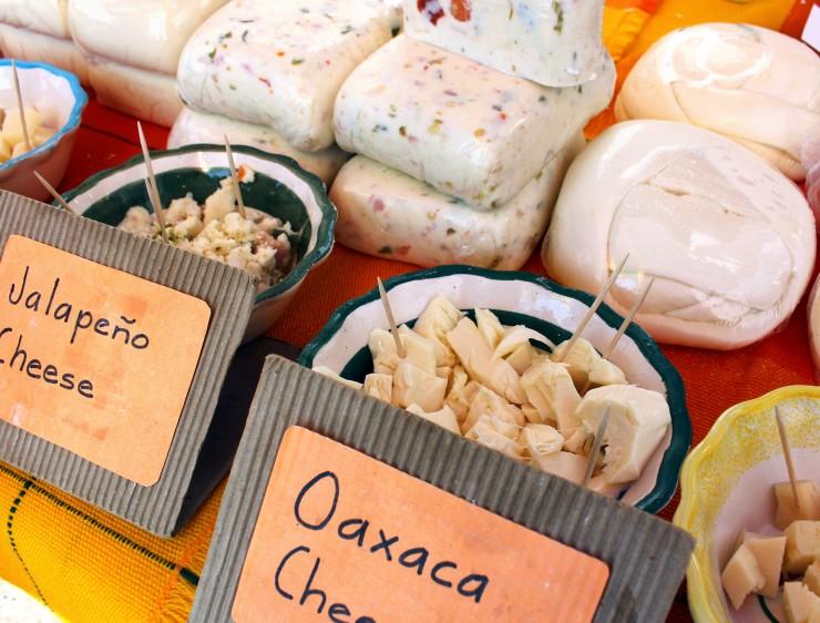 Queijos mexicanos orgânicos no mercado dominical de La Cruz de Huanacaxtle
