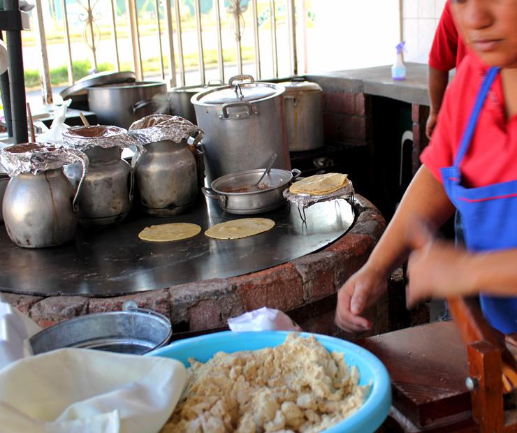 Café da manhã ao estilo mexicano: barbacoa (carne assada enterrada num buraco na terra) de cordeiro com tortillas feitas na hora. No Rincon Hidalguense, em Bucerías