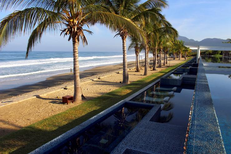 Espreguiçadeiras na piscina externa do hotel La Tranquila, em Litibú