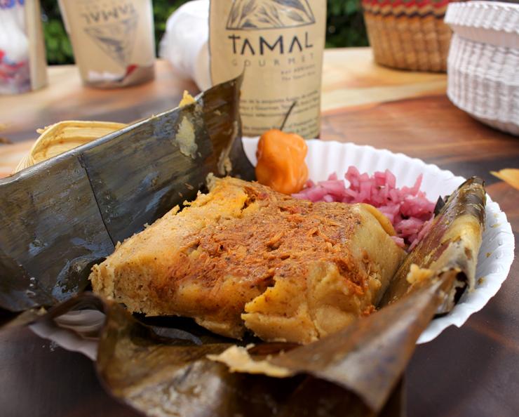 Tamal (espécie de pamonha mexicana) recheada com Cochinita Pibil no Mercado de Huanacaxtle