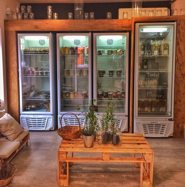 Geladeira de receitas orgânicas e prontas para consumo da Casa S, na Vila Madalena