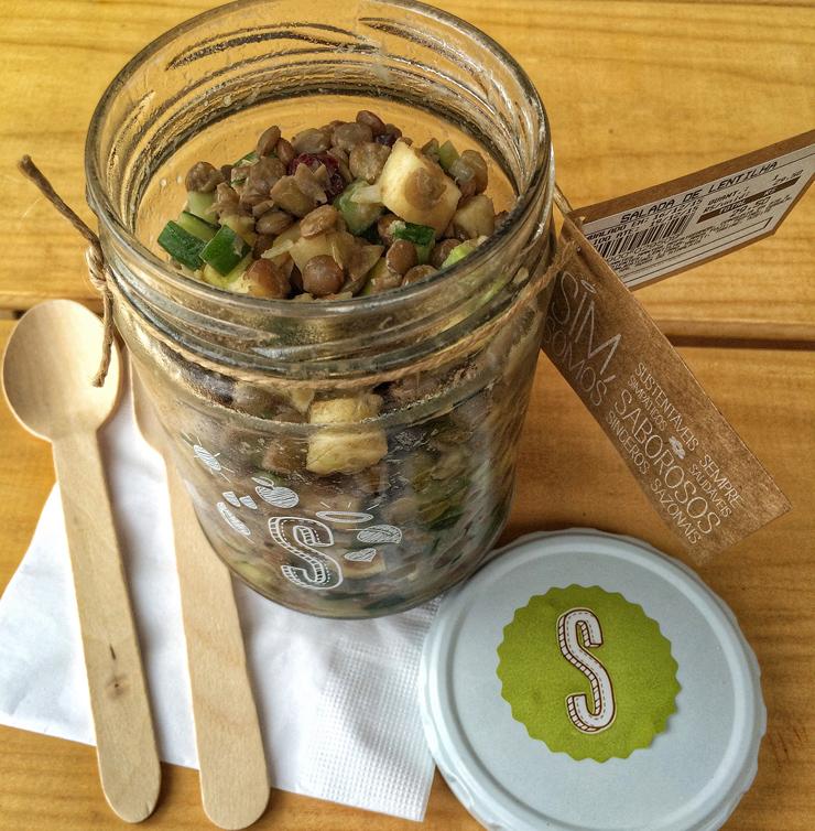 salada de quinoa, folha de beterraba, alho poró (R$ 29,50)