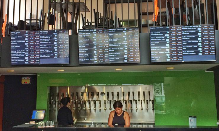 Telas nas quais ficam expostos os 40 rótulos de chopes de cervejarias nacionais, com estilo e valor