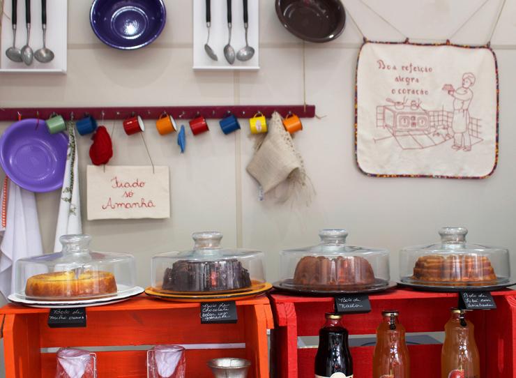 Bolos, vendidos em fatias, do Lá da Vendinha: chocolate belga, milho, fubá com goiabada..