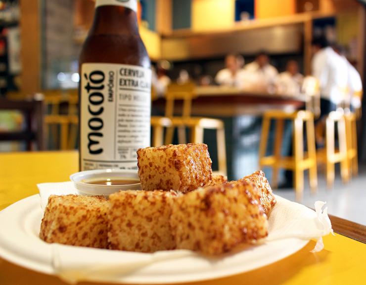 Os famosos dadinhos de tapioca com queijo coalho, de Rodrigo Oliveira, agora também no novo Mocotó Café, em Pinheiros