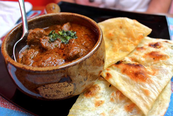 Prato ícone da cozinha indiana, o Roghan Josh traz cabrito em molho denso, aromático e riquíssimo
