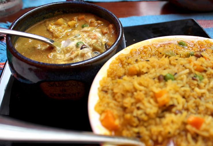 Khichade (arroz úmido com feijão andu, semente de cominho e legumes) e Navratan Korma