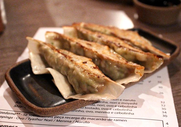 Os delicados Gyozas d TanTan Noodle Bar: carne suína, repolho e nirá (R$ 15, porção com 4 unidades)