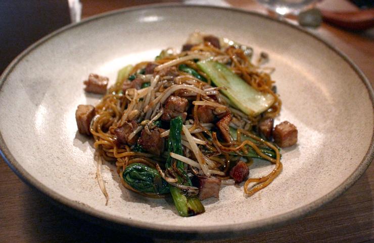 Yakimen (macarrão de ramen, ou lamen, com lombo, broto de feijão e acelga chinesa ao molho de maçã e legumes, R$30) do TanTan Noodle bar