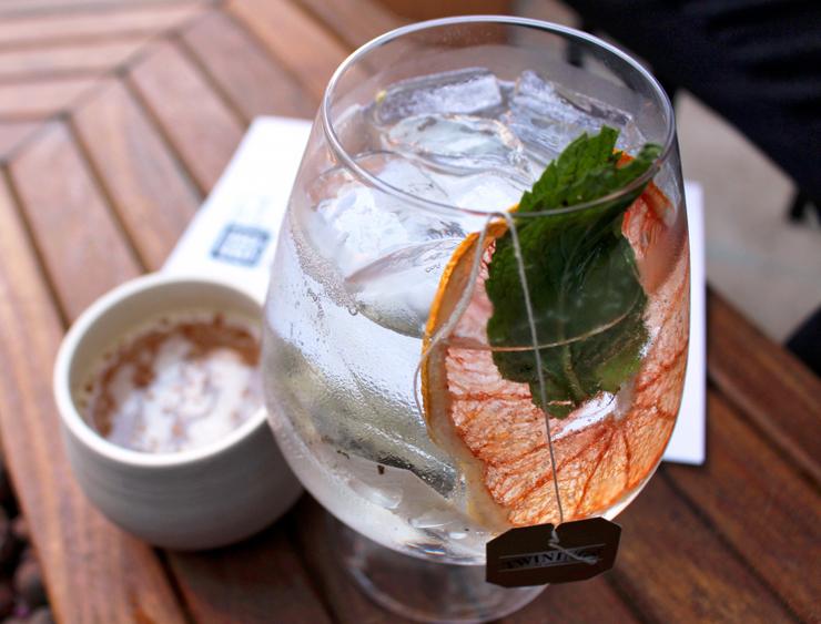 Peça drinques no TanTan: bem feitos e a preço único de R$ 27, caso deste Gin Tonic cm chá branco e grapefruit