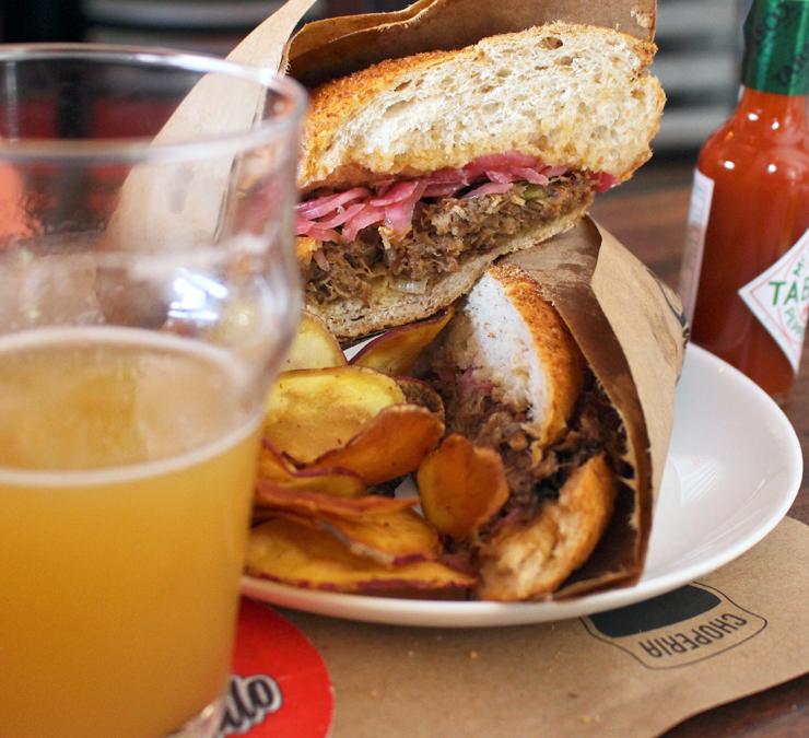 Sanduíche de carne louca com cebola roxa (R$ 29) da Choperia São Paulo: pão ruim