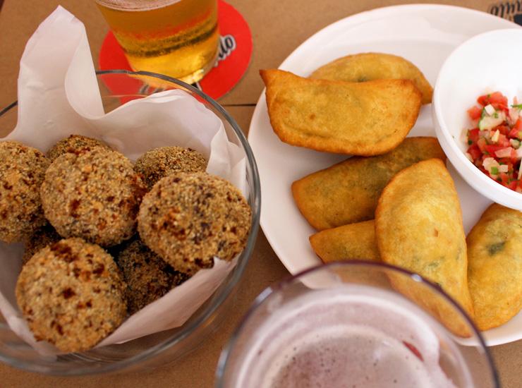 Na nova Choperia Sâo Paulo: mini pasteis de farinha de milho recheados com carne e quiabo ou ricota defumada e escarola (R$ 24)