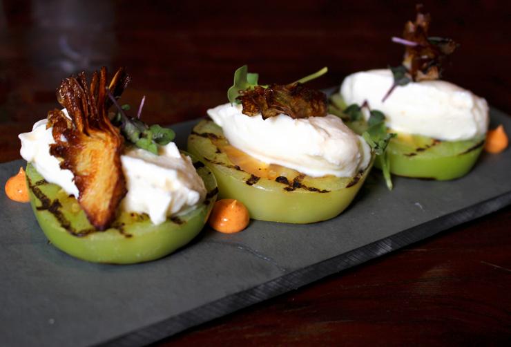 Tomate verde grelhado com ricota cremosa e alcachofra grelhada (R$22) do novo menu do Forquilha