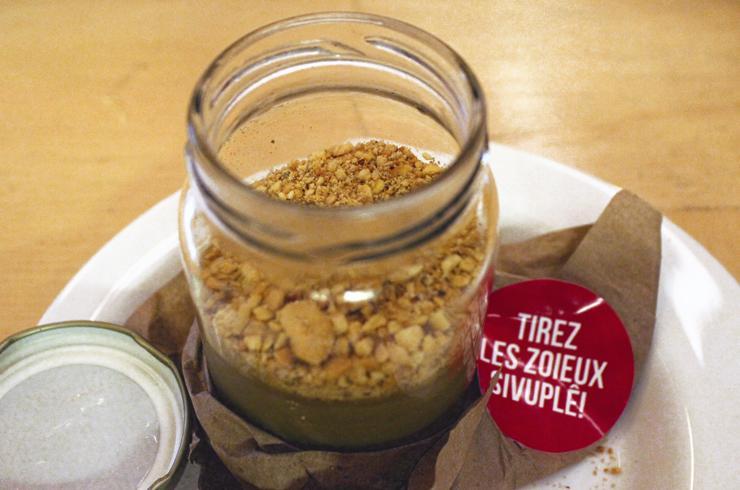 Frevo abafo: saboroso casamento de contrastes. O sedoso creme queimado de coco queimado serve como base para uma refrescante paçoca cítrica (R$ 22)