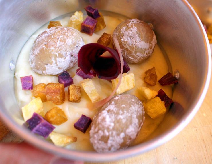 Ebó: purê de cará, papas arrugadas e pedacinhos assados de mandioca, mandioquinha e batata doce (R$ 17, inteira; R$ 11, meia)