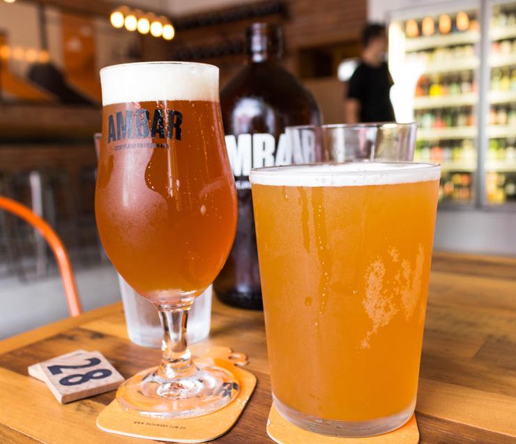 O novo Ambar, em Pinheiros, não só traz 15 torneiras de ótimos rótulos de pequenas cervejarias nacionais, como também tem ambiente agradável, serviço competente e simpático e boa comida. A seleção de chopes do Ambar é dinâmica, o que é ótimo para o consumidor que, desta forma, conhece novos rótulos. Servidos em copos de 200ml, 310ml ou 500ml, também podem ser levados para casa em growlers de um litro, que custam apenas R$ 8 – claro que soma-se a isso o valor do líquido.