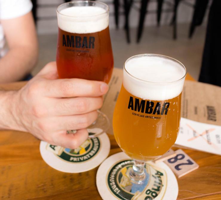 No Ambar há 15 torneiras de chopes de pequenas cervejarias nacionais. Nos copos, Australian Sparkling Ale da Freising e Session IPA da Barô