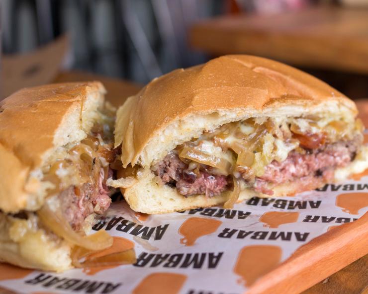 Para os que tem mais fome, os sanduíches são pedida certeira: levam bons insumos e são preparados com capricho. Prove o excelente Cheeseburguer com queijo gorgonzola, pedaços de bacon e cebolas caramelizadas