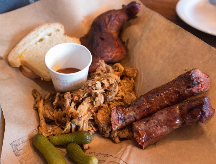 Smokehouse Special, do novo BOS BBQ: você escolhe três carnes preparadas na pit por R$ 48