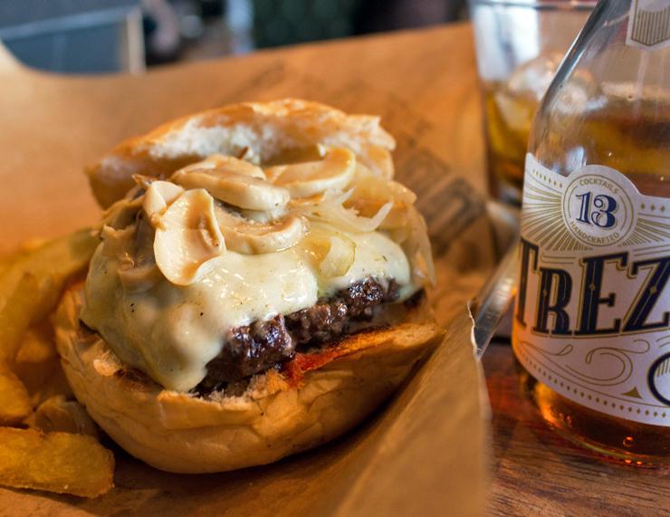 Ótimo burger com queijo e cogumelos do BOS BBQ: por R$ 26 você escolhe quantas coberturas quiser