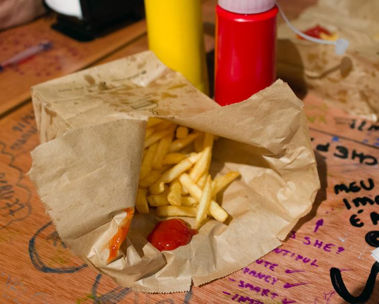 Porção de fritas Mccain: servido no saco de papel no Burger Joint