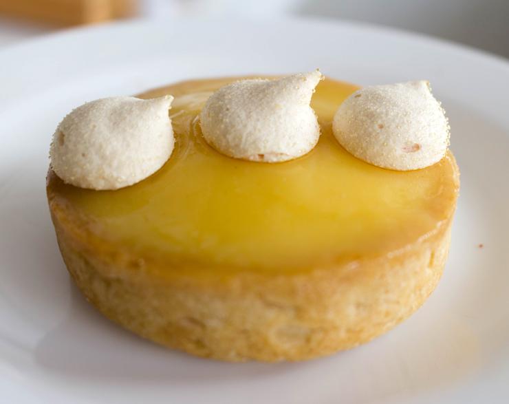 Tarte Citron Basilic (Torta de limão com massa de amêndoas e baunilha, creme de limão aromatizado com manjericão e suspiros, R$ 15) da Boutique CFC, em São Paulo