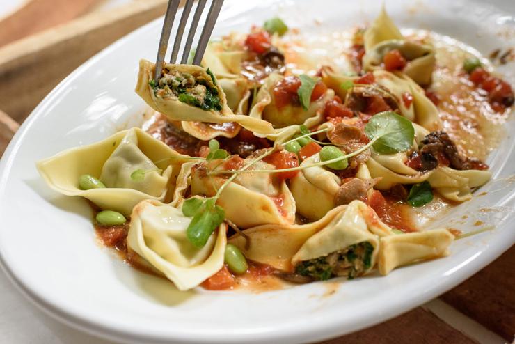 Cappellettoni de coelho, pimenta verde, azeitonas, ragu de cogumelo: um dos pratos do almoço especial do Mesa III em homenagem ao coelho da Coelho Real