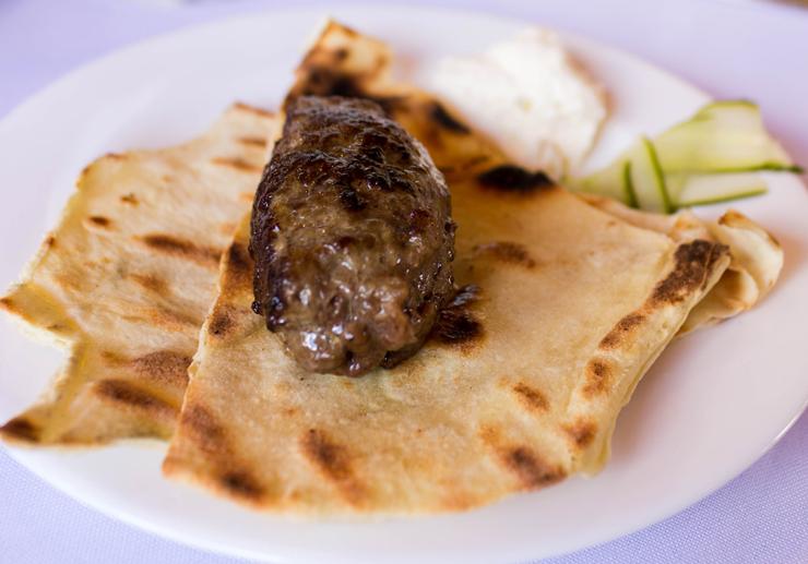 Uma das sugestões de entrada do menu degustação do Entre Vilas: kafta de cordeiro, coalhada e pepino