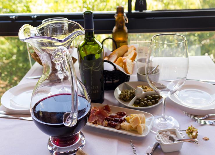 Vinho natural produzido no Entre Vilas, queijos e embutidos artesanais de produtores locais, azeite feito na casa e uma tremenda vista para o campo: que dia