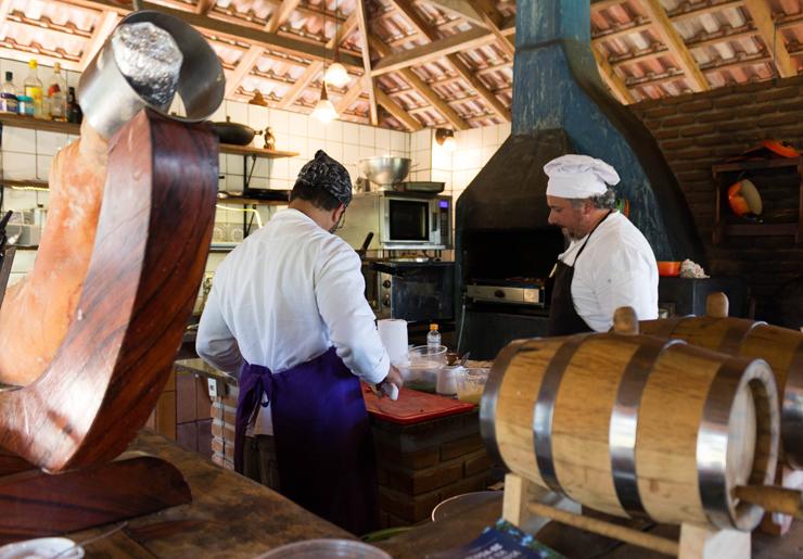 A pequena e aberta cozinha do Entre Vilas