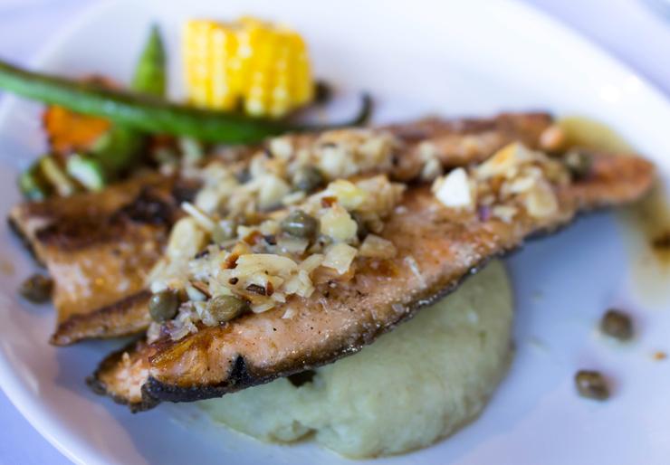 Truta, purê de batata doce e legumes da estação: você pode encontrar esse prato no menu degustação do Entre Vilas