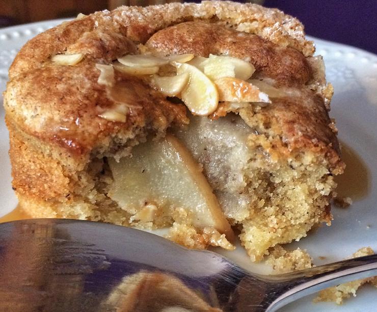 Torta de pera com massa de farinha de amêndoas do Sweet Café, em Pinheiros