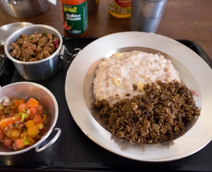 Ótima paçoca de carne de sol com arroz de leite e queijo coalho, feijão de corda e vinagrete do Jesuíno Brilhante