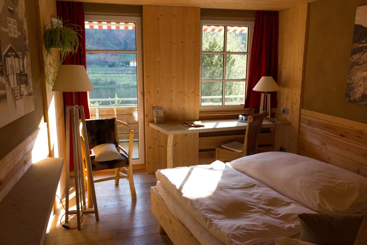 Meu quarto no hotel Helvetia: sol e o calmo barulhinho do rio Elba
