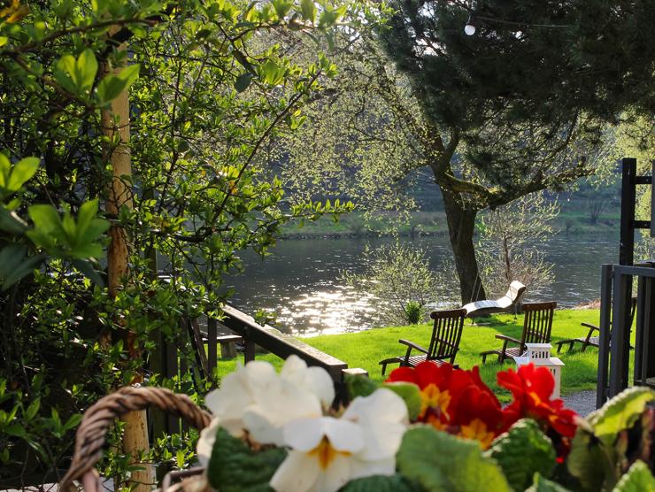O rio Elba passa tranquilamente em frente do Bio Hotel Helvetia, em Schmilka, na Alemanha
