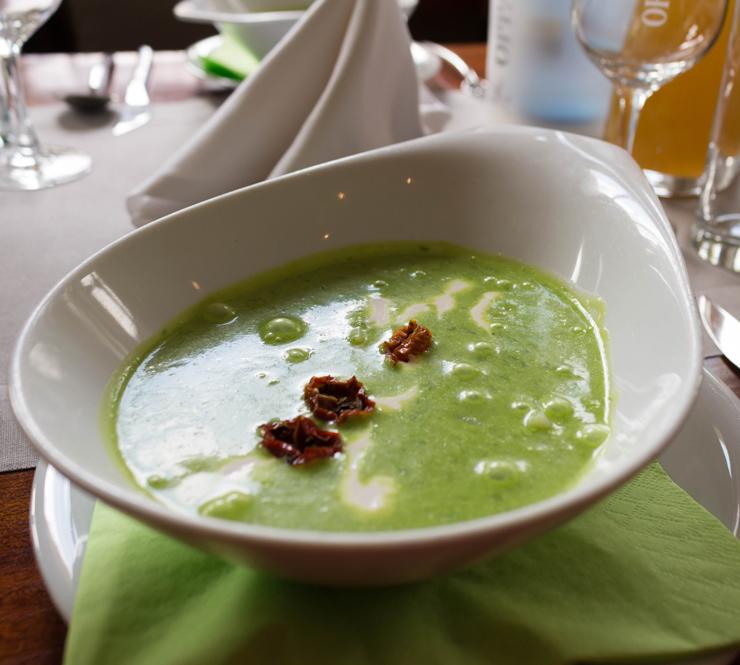 MARAVILHOSA sopa de alho selvagem, batata, creme azedo e tomate seco orgânico feito na casa. Hotel Helvetia, Schmilka