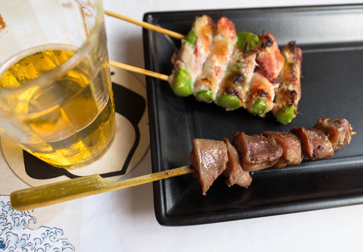 No Taka Daru, os Yakitoris - espetinhos-, vão de R$ 4,80 (fígado, moela, quiabo, berinjela) à R$ 9,80 (filé ou shimeji e queijo com bacon)