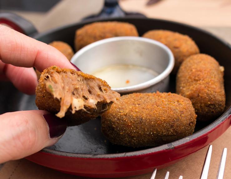 Ótimos Croquetes de carne músculo com purê de cará e queijo coalho (R$ 28)
