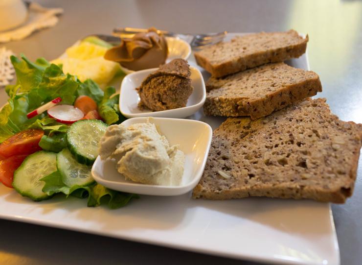 Salada orgânica, pastas e pães artesanais do No Milk Today
