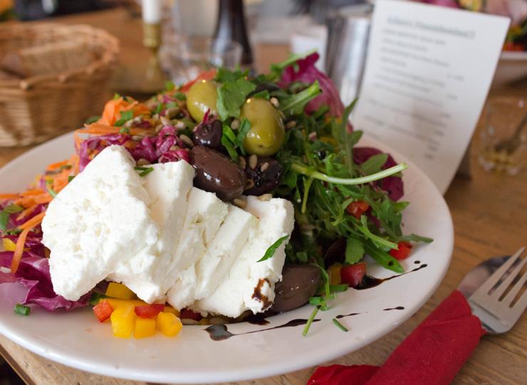 Mega boa salada com verdes da espação e uma tonelada de ótimo feta do café A.Horn