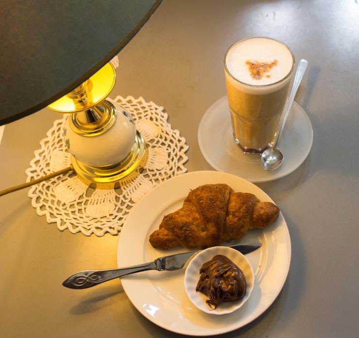 Macchiato com leite de coco, croissant com espelta (primo do trigo) e gianduia artesanal do No Milk Today