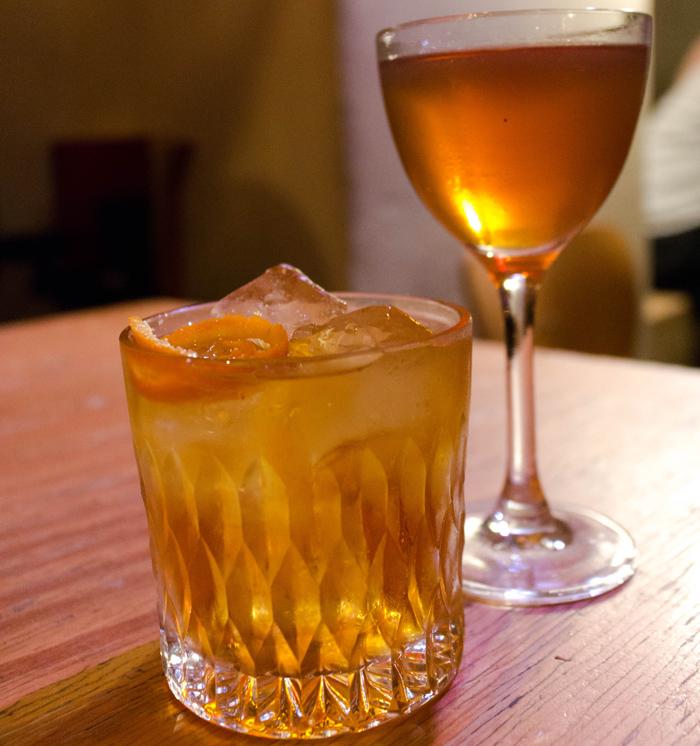 O melhor negroni que já provei e High Tea: gin infusionado com chá earl grey, açúcar de rosas, cocchi americano e laranja do bar do Michelberger Hotel