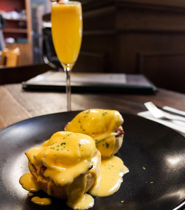 Ovos beneditinos e Mimosa para começar bem o dia. No Camden House.