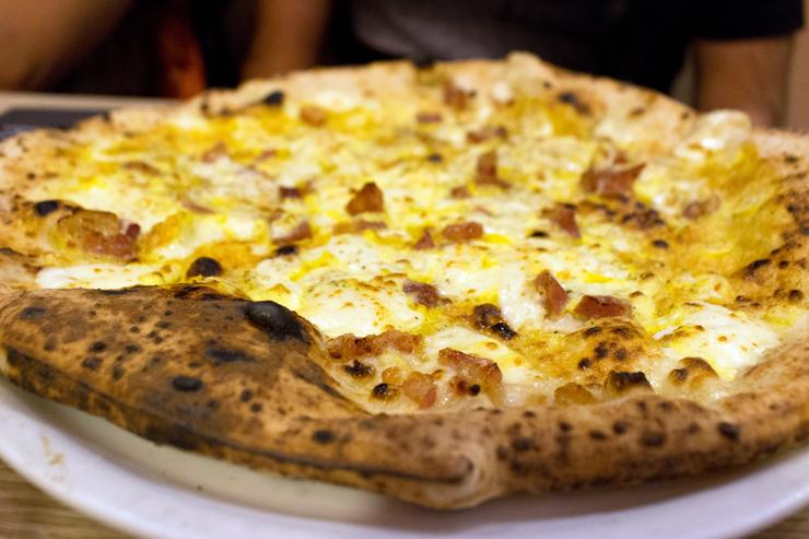 Pizza Carbonara da 50 Kaló, em Nápoles