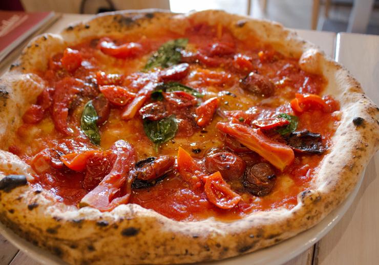 Uma das pizzas mais sensacionais que já comi, da Pizzeria Salvo Francesco & Salvatore: cinco tipos de tomates locais preparados de cinco maneiras diferentes (confit, assado, grelhado, cru, refogado e defumado)